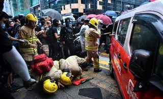 Taksi Menabrak Demonstran HK (Foto: ANTHONY WALLACE/AFP via Getty Images)