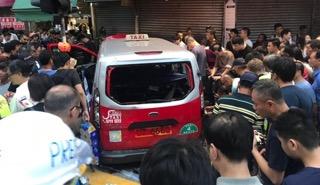 Taksi Menabrak Pendemo HK (Image: Screenshot Internet)