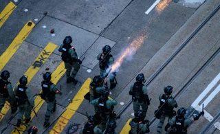 Polisi HK Menembak Pendemo, 11 Nov (Foto: ANTHONY WALLACE/AFP via Getty Images)