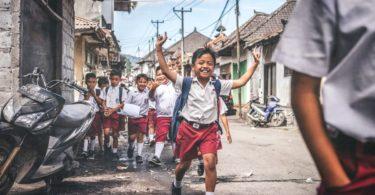 Anak SD mengangkat tangan di Marga, Tabanan