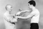 Bruce Lee dengan gurunya, Ip Man. (©wikimedia)