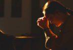 Wanita yang berdoa