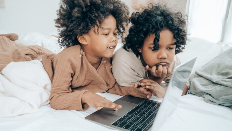 Anak dengan perangkat elektronik