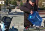 Warga Tiongkok membawa air