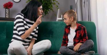 Ibu berbicara pada putranya (Screenshot @ Storyblocks)