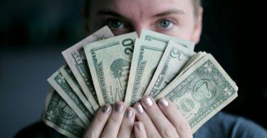 Uang (Sharon McCutcheon @ Unsplash)