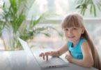 Anak bermain laptop (Screenshot @ Storyblocks)