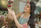 Pemilik toko tersenyum (Amina Filkins @Pexels)