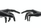 Uluran tangan (Shoeib Abolhassani @Unsplash)