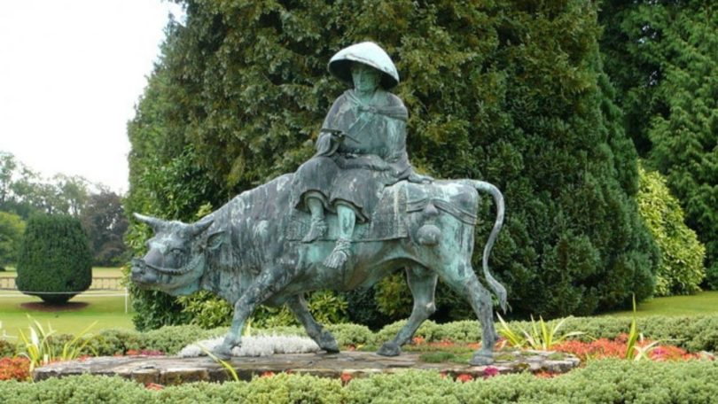 Patung perunggu filsuf Tiongkok Lao Tzu dipersembahkan kepada Dyffryn Gardens pada 1950-an (Gambar: Hywel Jenkins via Wikimedia Commons CC BY-SA 2.0)