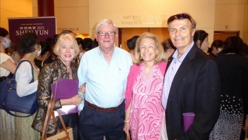 (Kiri-kanan) Candice dan Renny Way, Christina dan Richard Birrer menyaksikan pertunjukan Shen Yun