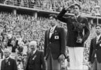 Shuhei Nishida (depan) and Sueo Ōe (kanan) saat upacara penyerahan medali Olimpiade Berlin
